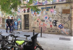 El mur de la creativitat d'Allada Vermell forma part de la quotidianitat del barri.
