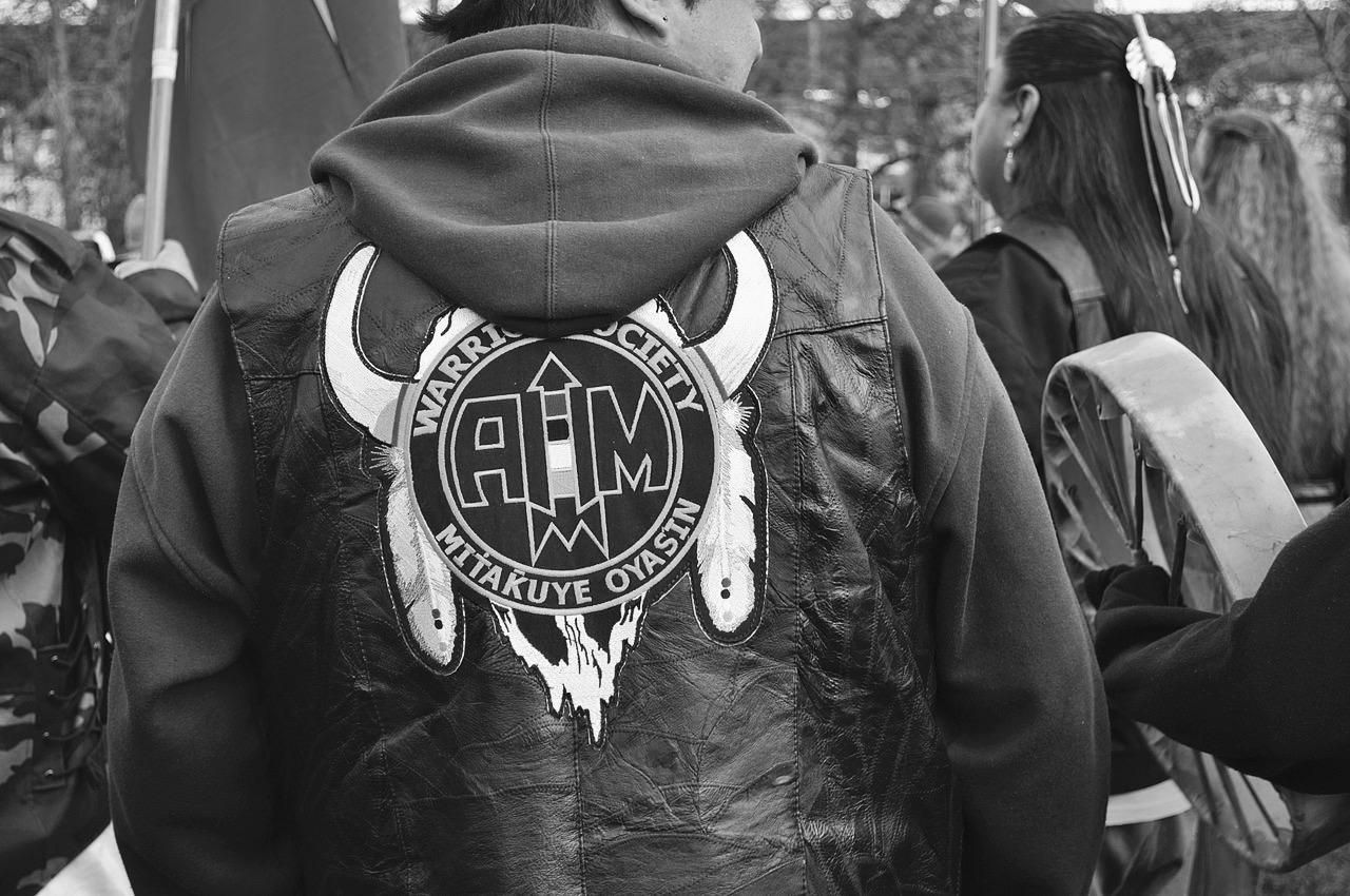 Un membre del moviment de defensa dels drets dels indis americans