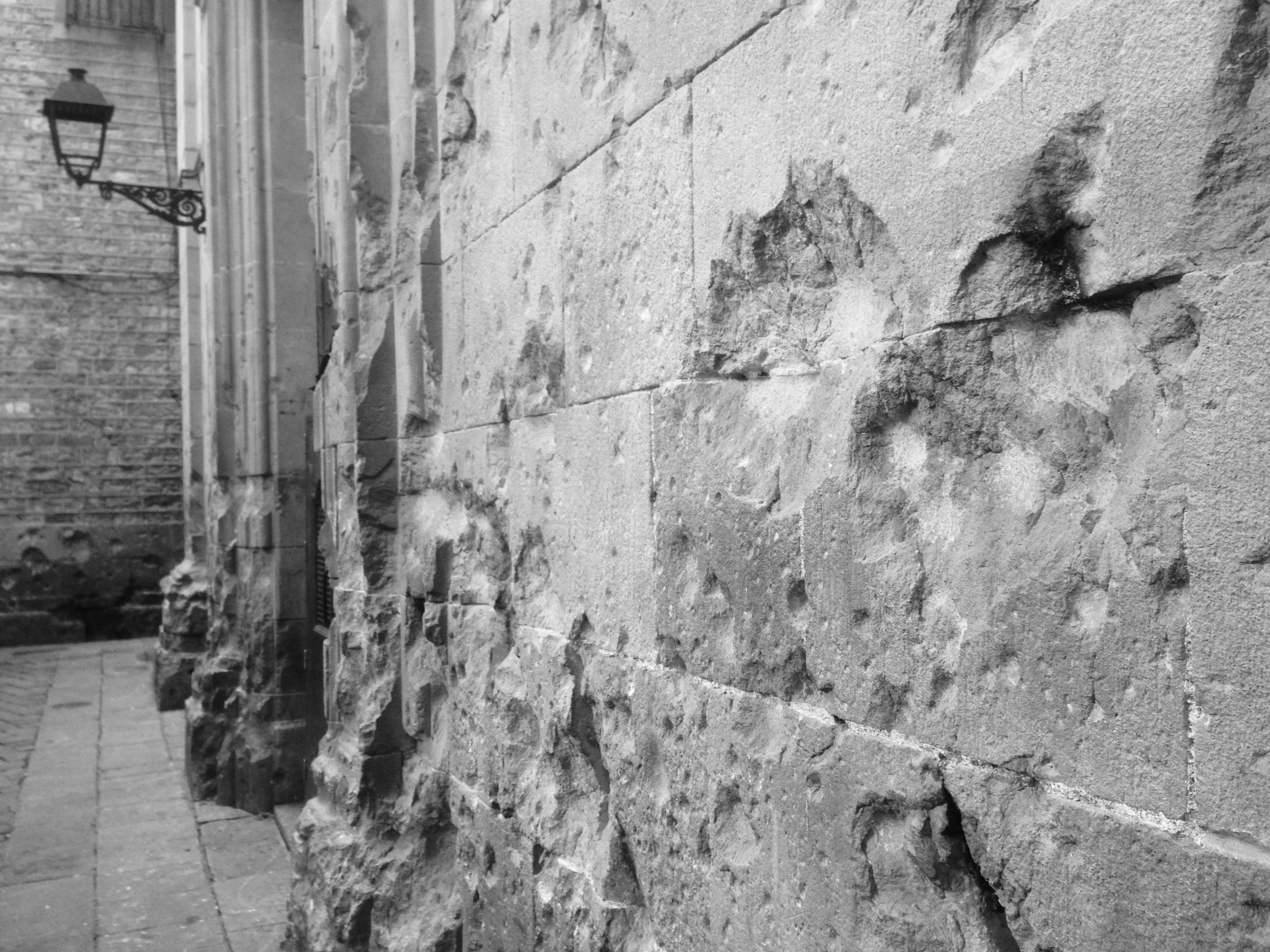 Las 'cicatrices' en la fachada de la iglesia de Sant Felip Neri.