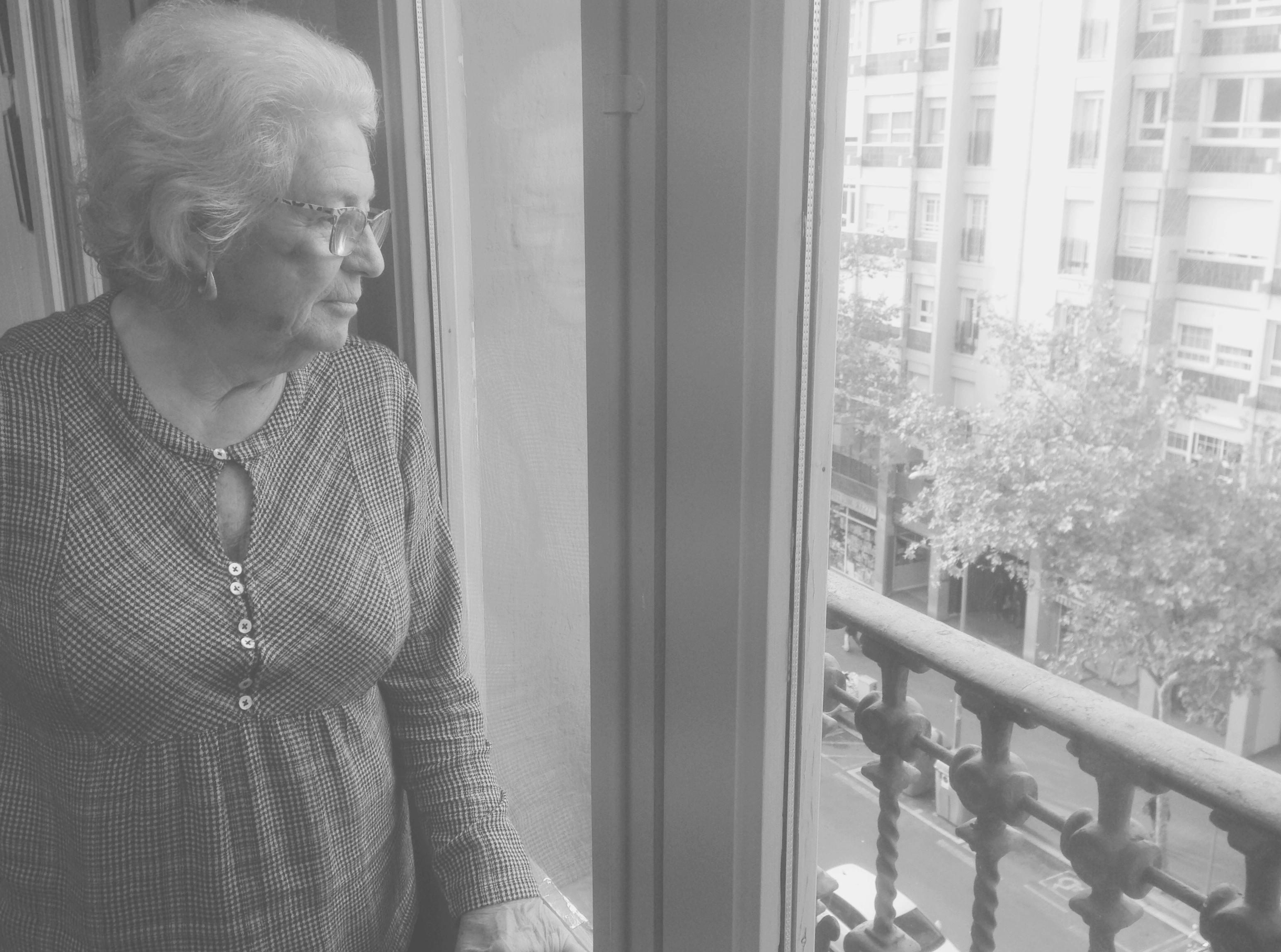 La Síndica de Greuges observant la ciutat des del balcó del seu despatx.