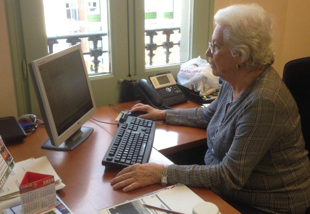 La Síndica de Greuges, Maria Assumpció Vilà, treballant al seu despatx.