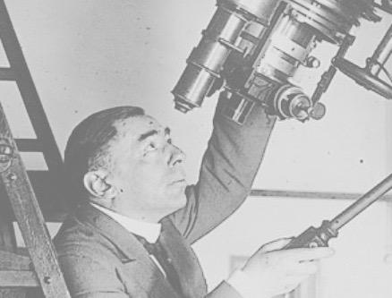 Josep Comas, observant pel telescopi. / Foto: Arxiu Ajuntament de Barcelona