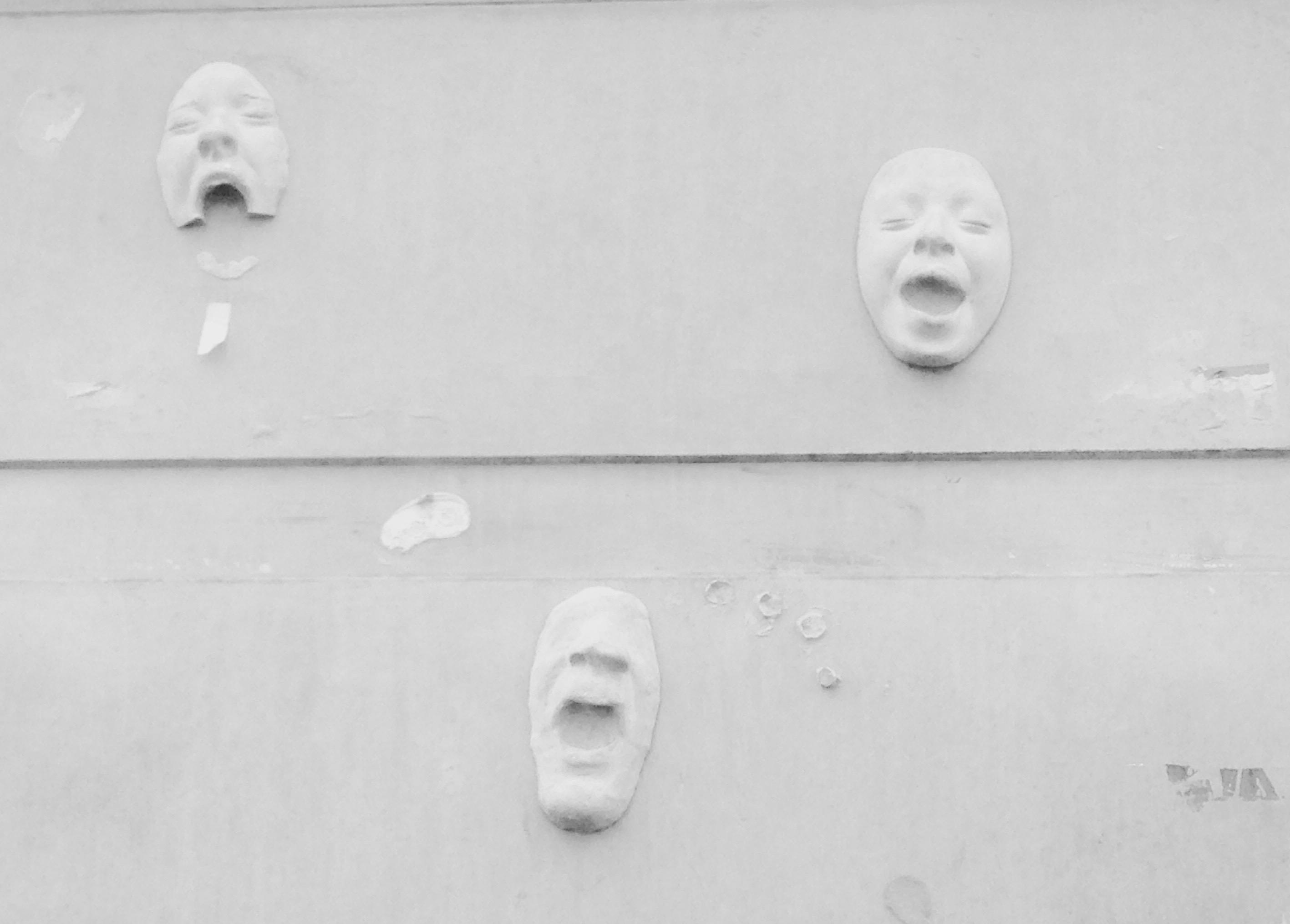 Mascares sobre una paret del barri de Santa Caterina de Barcelona