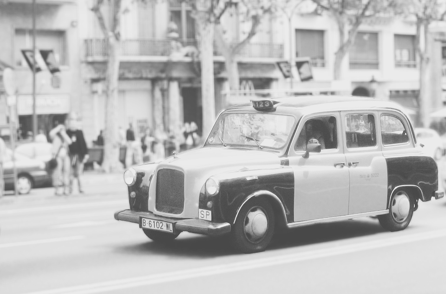 Un taxi antic circulant per Barcelona.