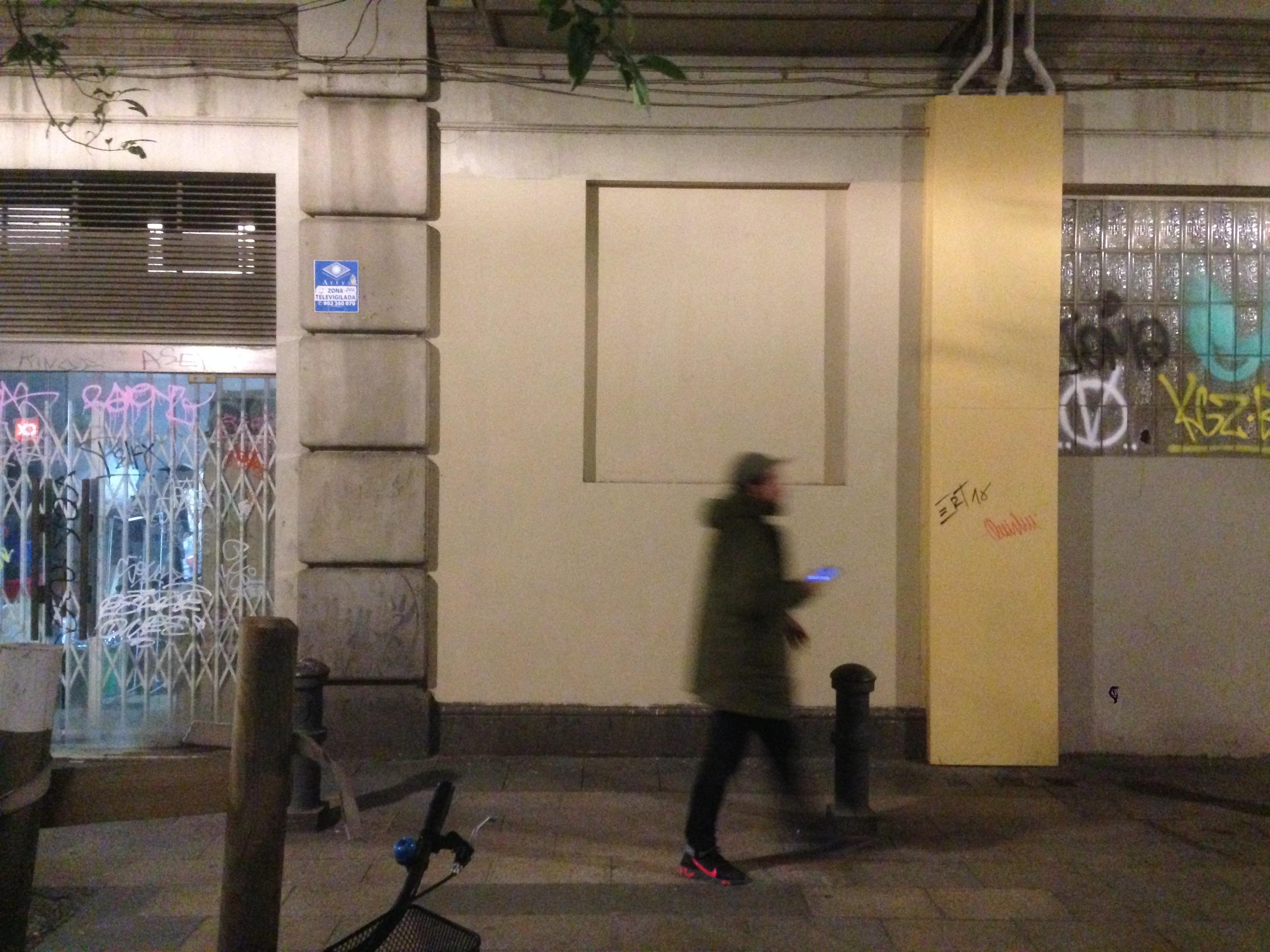 En la noche, nadie se da cuenta de que ha desaparecido el rastro del grafiti.