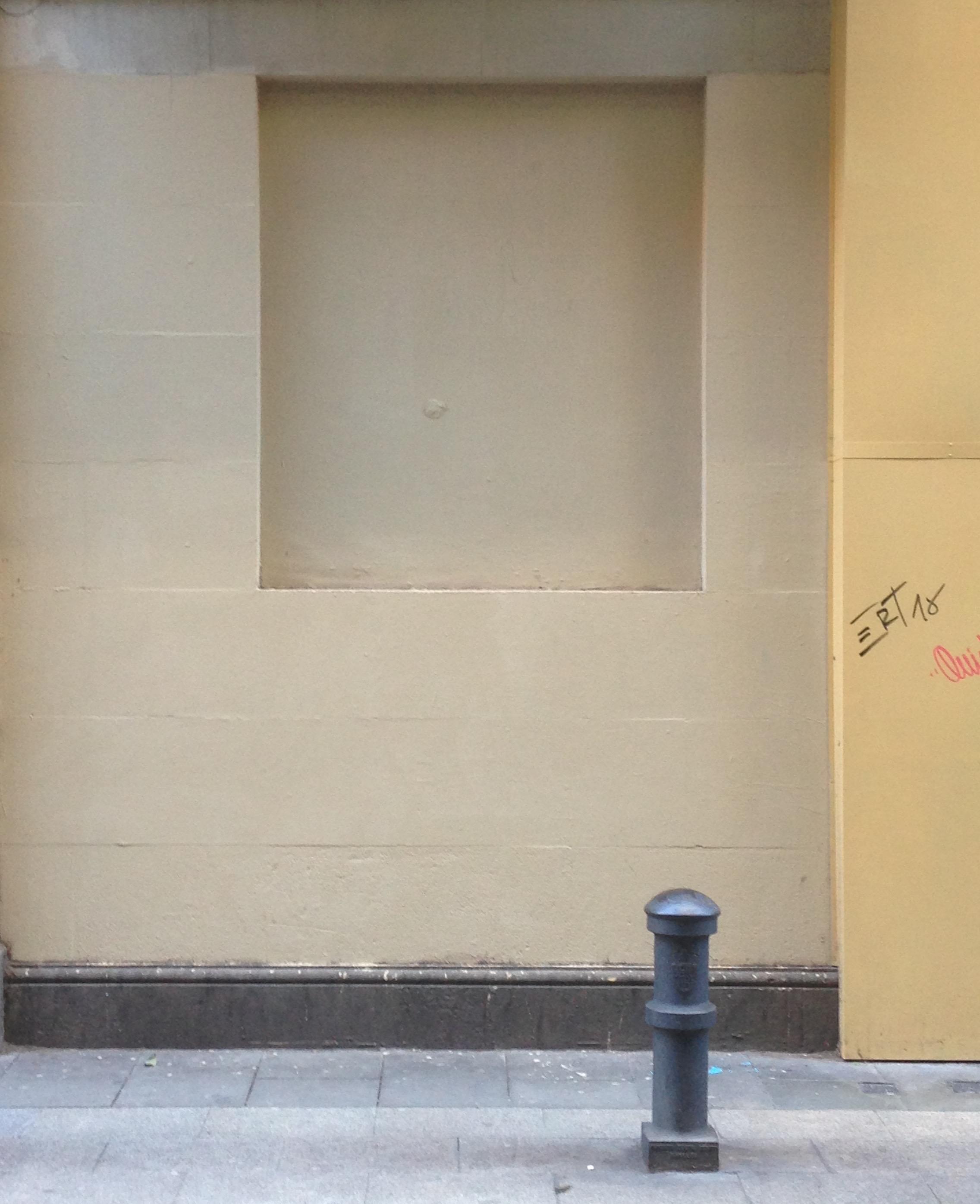 La misma pared, ya sin el grafiti ni ningún rastro del duelo de pistolas.