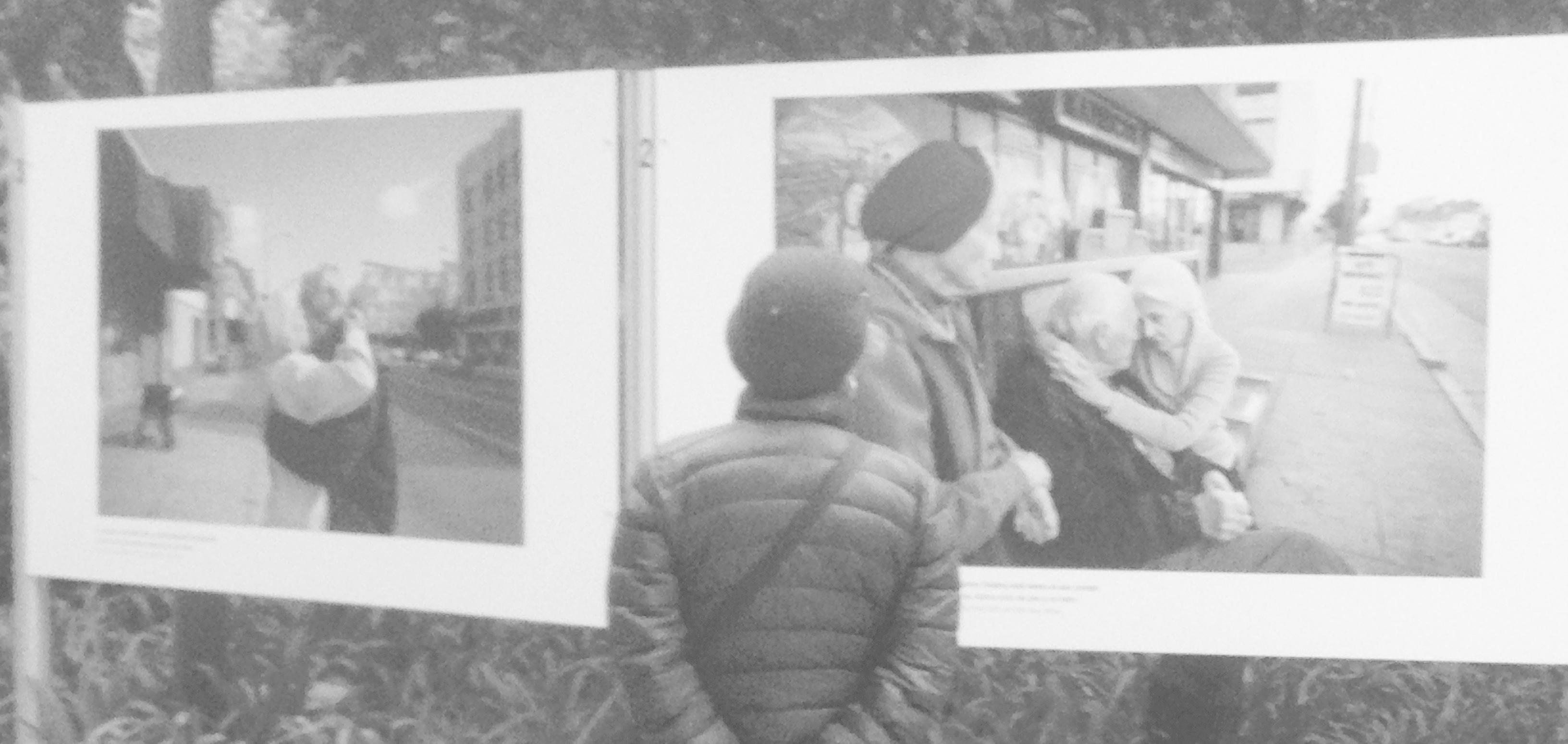Una dona contempla les fotografies d'Isadora Kosofsky.