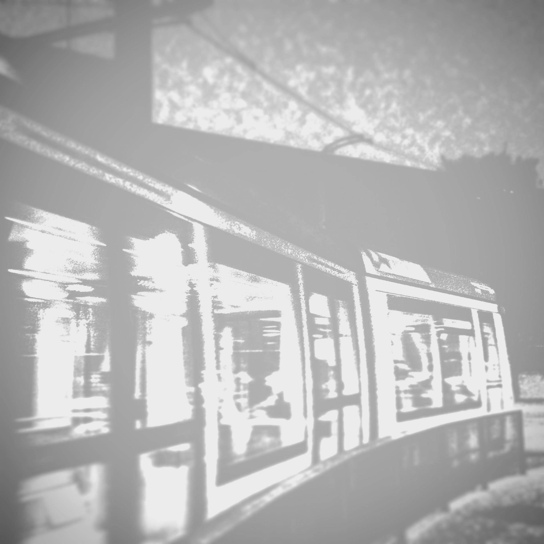 Un tramvia circulant de nit